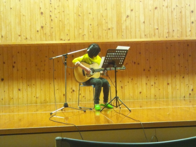 ソロギターですよ…